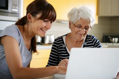 Une jeune fille aide sa grand-mère sur internet avec Hakisa