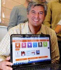 Eric Gehl co-fondateur de Hakisa montre la plateforme pour séniors Hakisa