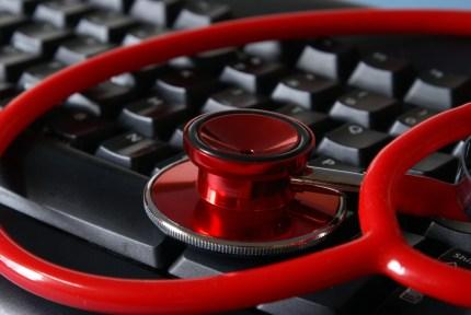 stethoscope sur un clavier d'ordinateur