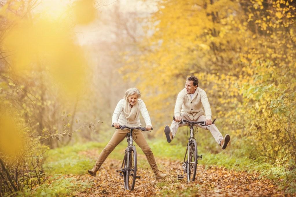 Des séniors actifs et sportifs faisant du vélo dans les bois