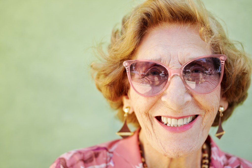 Portrait d'un sénior heureux : une mamie souriante