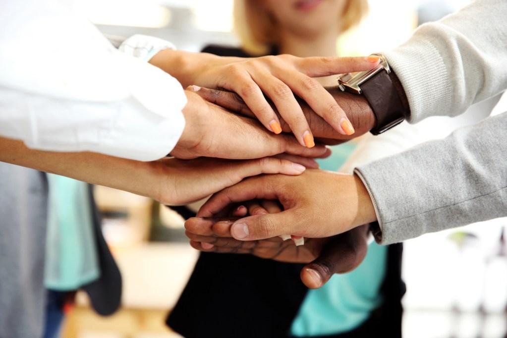 Groupe de professionnels de santé joignant mains