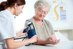 Examen médical hospitalisation à domicile sénior