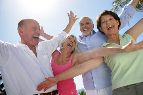 Groupe d'amis de seniors souriant