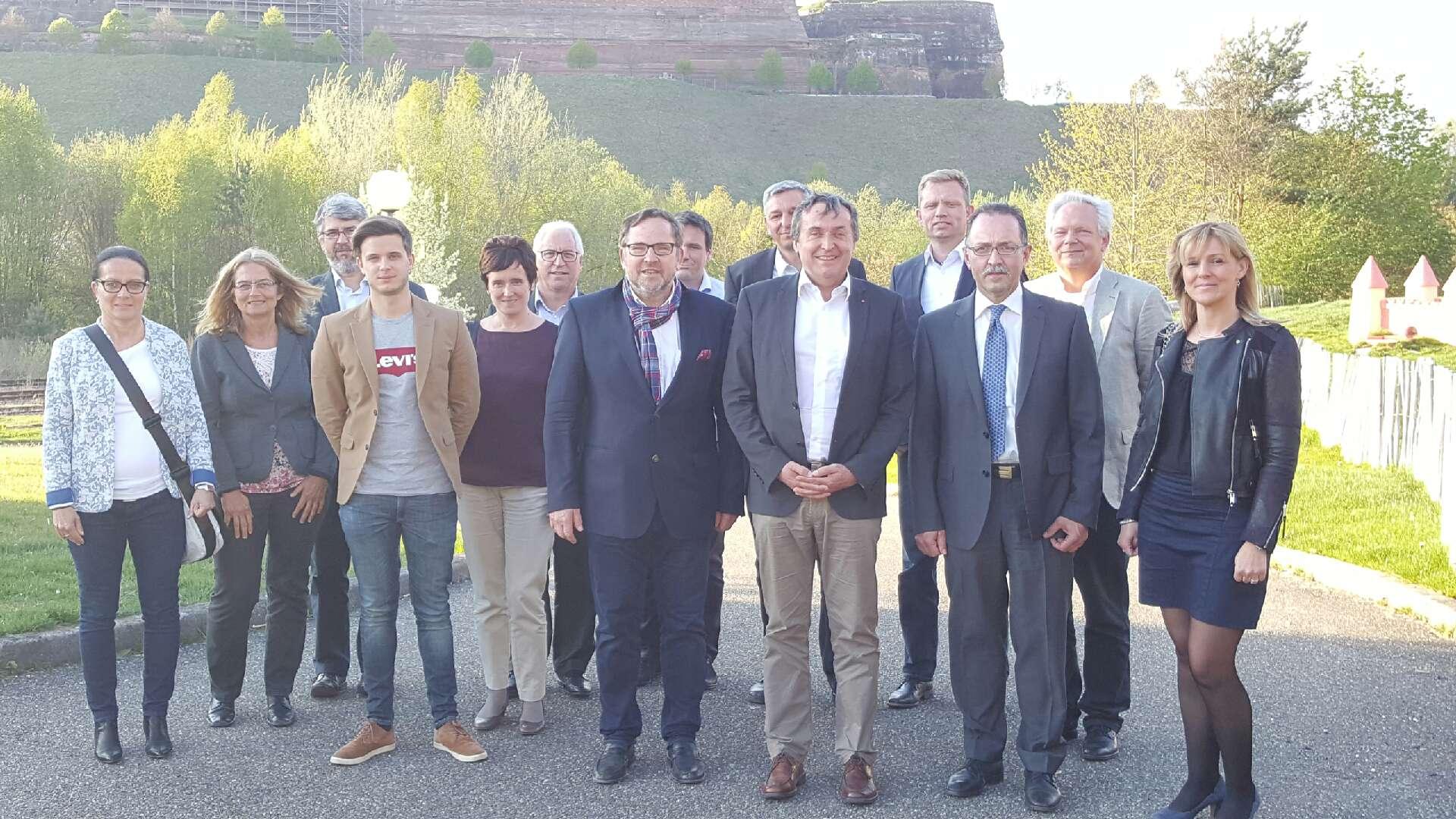 Photo de groupe: Les représentants de la Communauté de Communes du Pays de Bitche, du Saarpfalz-Kreis, de la commune de Soucht, du Groupe Hager et de Hakisa se rencontrent à Soucht en Moselle.